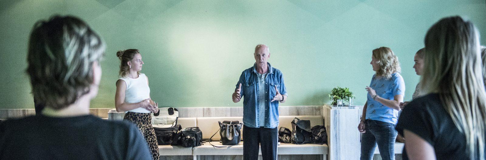 Acteur & docent Wil van der Meer in actie tijdens de workshop 'ik speel wie ik ben'
