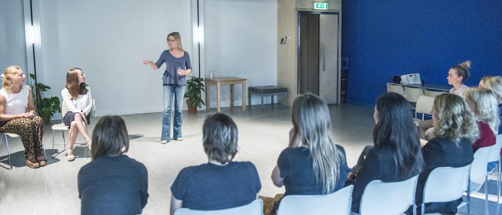 Regisseuse Charlotte Besijn vertelt tijdens workshop regie
